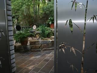 Modern Stainless Steel Gates Edelstahl Atelier Crouse: Jardines modernos: Ideas, imágenes y decoración