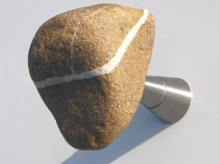 STONES, appendiabiti da parete di Insilvis Divergent Thinking Eclettico
