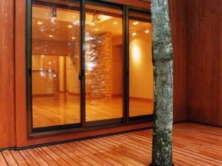 木立の家 オリジナルデザインの テラス の PAPA COMPANY ARCHITECTURAL WORKS. /パパカンパニー1級建築士事務所 オリジナル