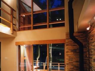 居間: PAPA COMPANY ARCHITECTURAL WORKS. /パパカンパニー1級建築士事務所が手掛けたリビングです。