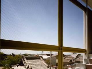外観の無い家 オリジナルスタイルの 玄関&廊下&階段 の PAPA COMPANY ARCHITECTURAL WORKS. /パパカンパニー1級建築士事務所 オリジナル