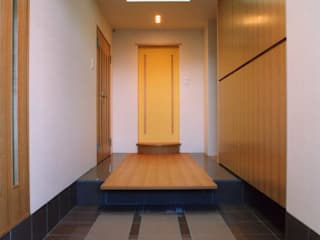 玄関: PAPA COMPANY ARCHITECTURAL WORKS. /パパカンパニー1級建築士事務所が手掛けた廊下 & 玄関です。