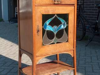 Jugendstil vitrine voor restauratie:   door Booijink en Visser, meubelrestauratie