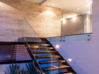 Paseo 130 Pasillos, vestíbulos y escaleras eclécticos de Sobrado + Ugalde Arquitectos Ecléctico