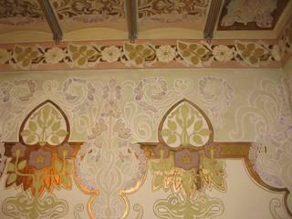 Pinturas modernistas recuperadas en escalera principal:  de estilo  de BARCELONA ARQUITECTURA