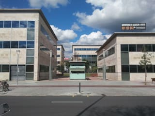 Entrada principal: Edificios de oficinas de estilo  de BARCELONA ARQUITECTURA
