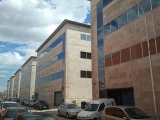 Vista fachada posterior: Edificios de oficinas de estilo  de BARCELONA ARQUITECTURA