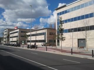 Vista fachada principal: Edificios de oficinas de estilo  de BARCELONA ARQUITECTURA