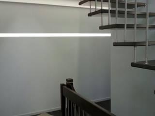 Pasillos, vestíbulos y escaleras modernos de Klaus Schmidt, Handelsvertretung Wolf System GmbH, LED Profilelement GmbH und weitere Moderno