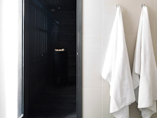 A Spacious Apartment in Prenzlauer Berg:  Wohnzimmer von lifelife GmbH