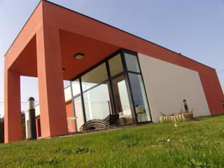 Vista exterior del porche que da continuidad al salón: Casas de estilo  de KM Arquitectos