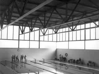 Centro Deportivo Piscinas de estilo industrial de Estudio Maria Fraile Industrial
