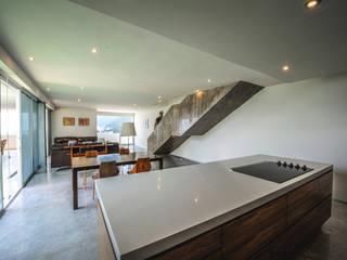 Casa IPE: Cocinas de estilo moderno por P+0 Arquitectura