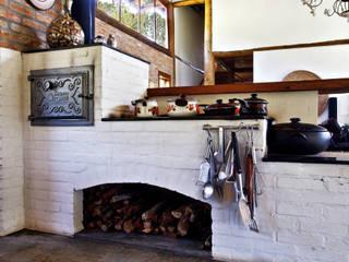 rustikale Häuser von Bianka Mugnatto Design de Interiores