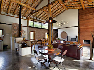 Rustic style houses by Bianka Mugnatto Design de Interiores Rustic