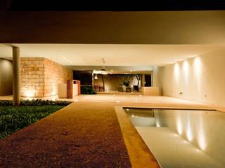Montebello 332: Albercas de estilo moderno por Jorge Bolio Arquitectura