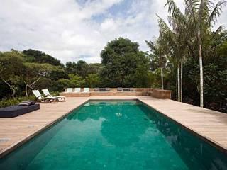 Residencia FPC:  tropical por Simone Meirelles Arquitetura e Interiores,Tropical