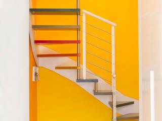 Vista della scala frontale: Ingresso & Corridoio in stile  di Studio tecnico associato 'Il Progetto'
