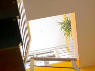 Vista verso l'alto: Ingresso & Corridoio in stile  di Studio tecnico associato 'Il Progetto'