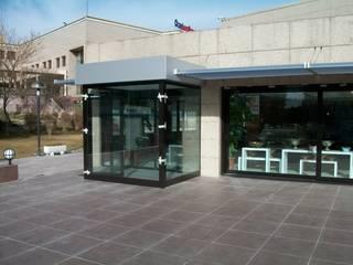 Moderne Geschäftsräume & Stores von özgarip cam ltd şti Modern