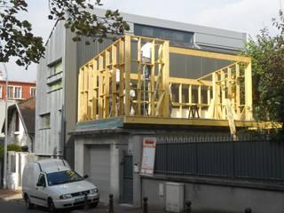 Extension en bois - Création d'un studio en bois:  de style  par AAA CSC