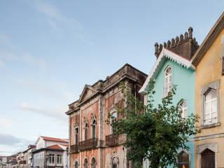 Casas de estilo ecléctico de Tiago do Vale Arquitectos