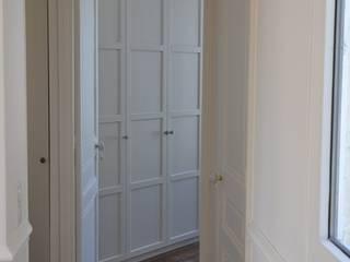 Lauriston: Couloir et hall d'entrée de style  par Claire Marion