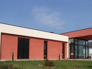 Vista exterior zona dormitorios: Casas de estilo  de KM Arquitectos