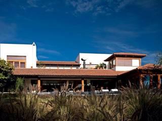 fachada al campo de golf Casas modernas de Taller Luis Esquinca Moderno