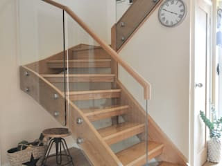 THE LEWINGTON FAMILY Modern corridor, hallway & stairs by Jarrods Bespoke Staircases Modern