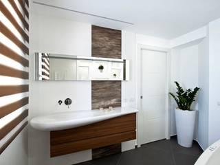 Casa L: Bagno in stile  di Laboratorio di Progettazione Claudio Criscione Design