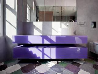 Baños de estilo moderno por Roselind Wilson Design