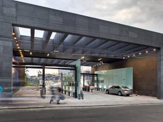 Puente Vidalta : Paredes de estilo  por Serrano Monjaraz Arquitectos
