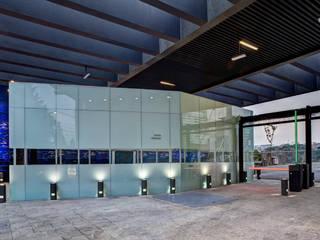 Paredes e pisos modernos por Serrano Monjaraz Arquitectos Moderno