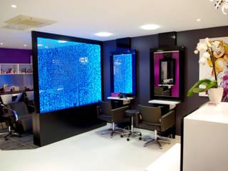 Emilie Coiffure: Espaces commerciaux de style  par Martinez Design
