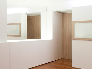 Estudio TYL Ingresso, Corridoio & Scale in stile moderno