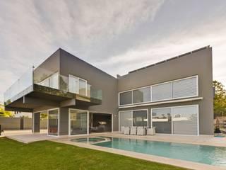 Minimalistyczny basen od Excelencia en Diseño Minimalistyczny