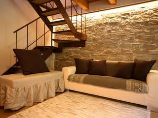 casa in montagna: Soggiorno in stile  di studio di architettura e design seregno