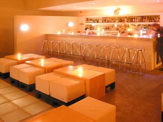 Bar & Club in stile minimalista di Taller Luis Esquinca Minimalista