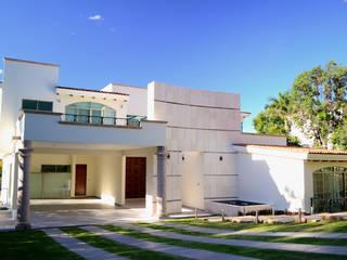 Casa Colomos: Casas de estilo clásico por Excelencia en Diseño