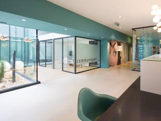 Un cabinet comme un jardin d'hiver: Bureaux de style  par Agence d'architecture intérieure Laurence Faure