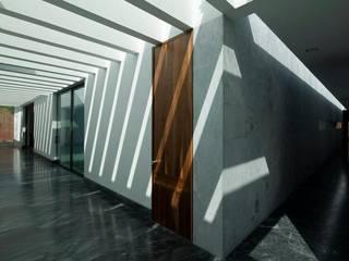 Pasillos y hall de entrada de estilo  por Landa Suberville