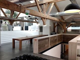 Une agence de design 1200 m² + ateliers packaging: Bureau de style  par T design architecture