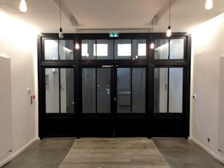 Une agence de design 1200 m² + ateliers packaging: Bureau de style de style Moderne par T design architecture