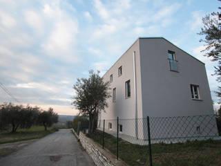 Them Crooked House di BDO-3.0 | BuildingDesignOffice TrePuntoZero Moderno