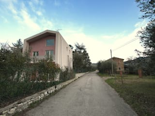 Them Crooked House:  in stile  di BDO-3.0 | BuildingDesignOffice TrePuntoZero
