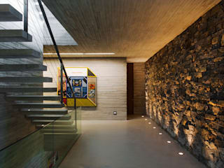Paraty House: Corredores e halls de entrada  por Studio MK27,