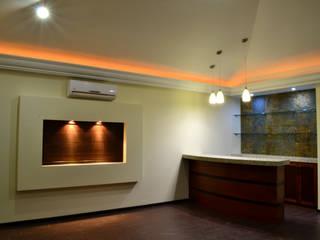 Salle multimédia de style  par Excelencia en Diseño,