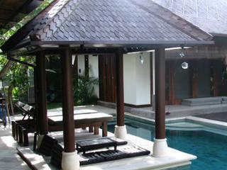 gazebo piscina : Jardines de estilo  de comprar en bali,