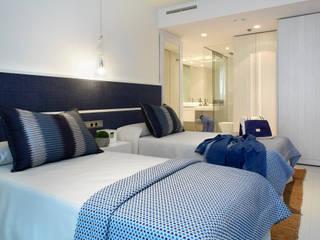 Habitaciones de estilo mediterráneo por Molins Interiors